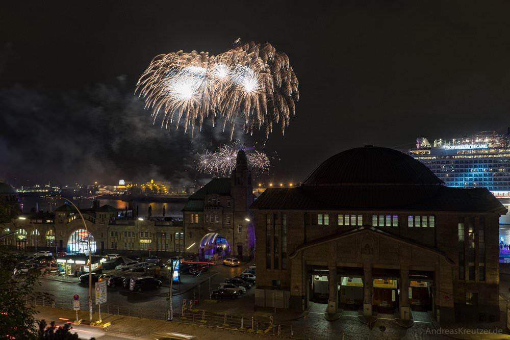 Feuerwerk am hamburger Hafen für die Norwegian Escape
