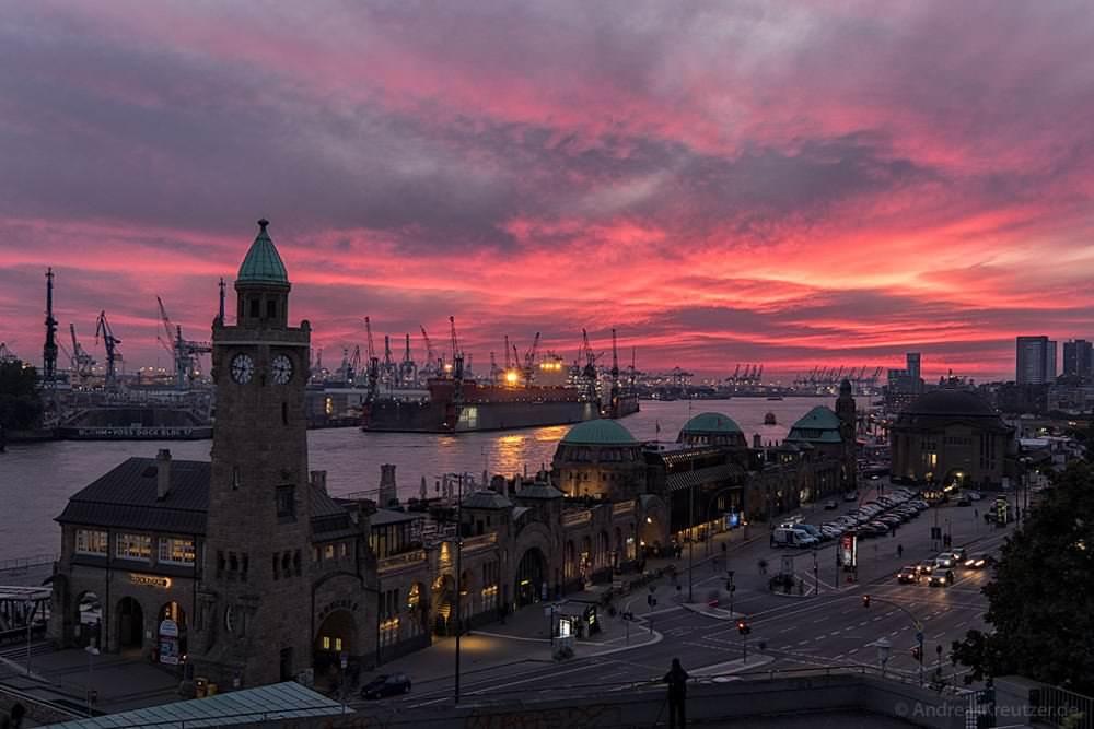 Roter Abendhimmel an den Landungsbrücken
