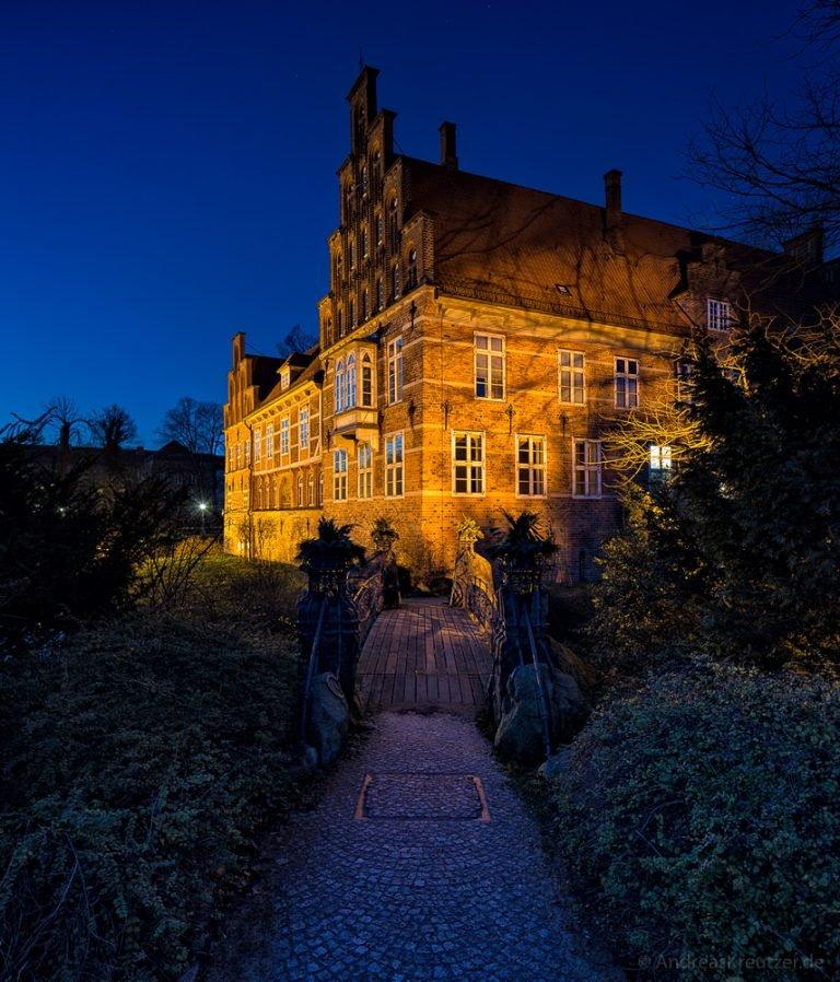 Bergedorfer Schloss mit Brücke zur blauen Stunde