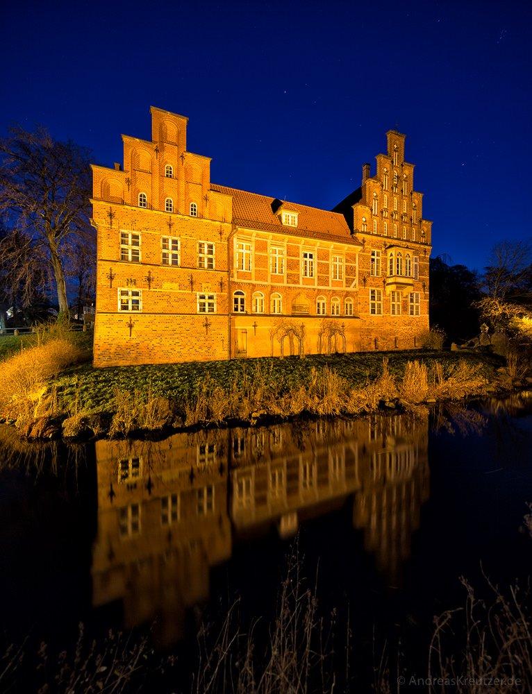 Bergedorfer Schloss mit Schlossgraben zur blauen Stunde