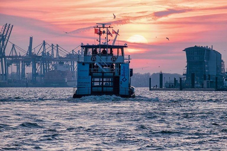 Hafenfähre in der Abensonne