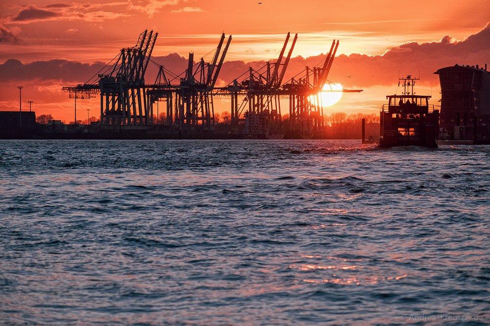 Sonnenuntergang am Hamburger Hafen