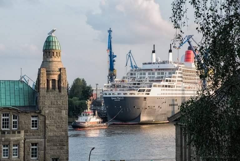 Queen Mary 2 beim Eindocken VI