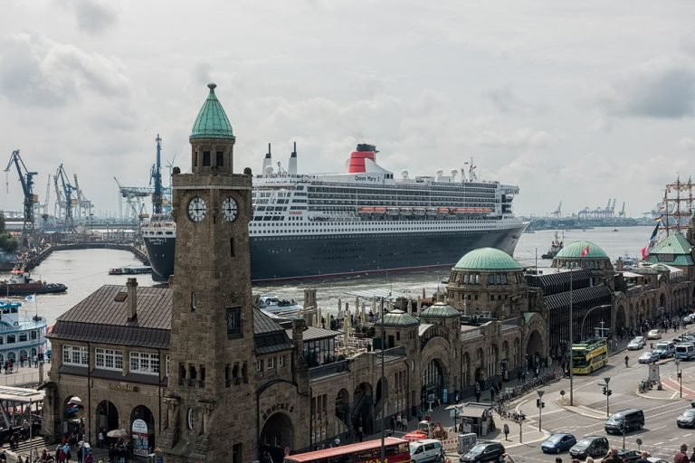 Ausdocken der Queen Mary 2 IV