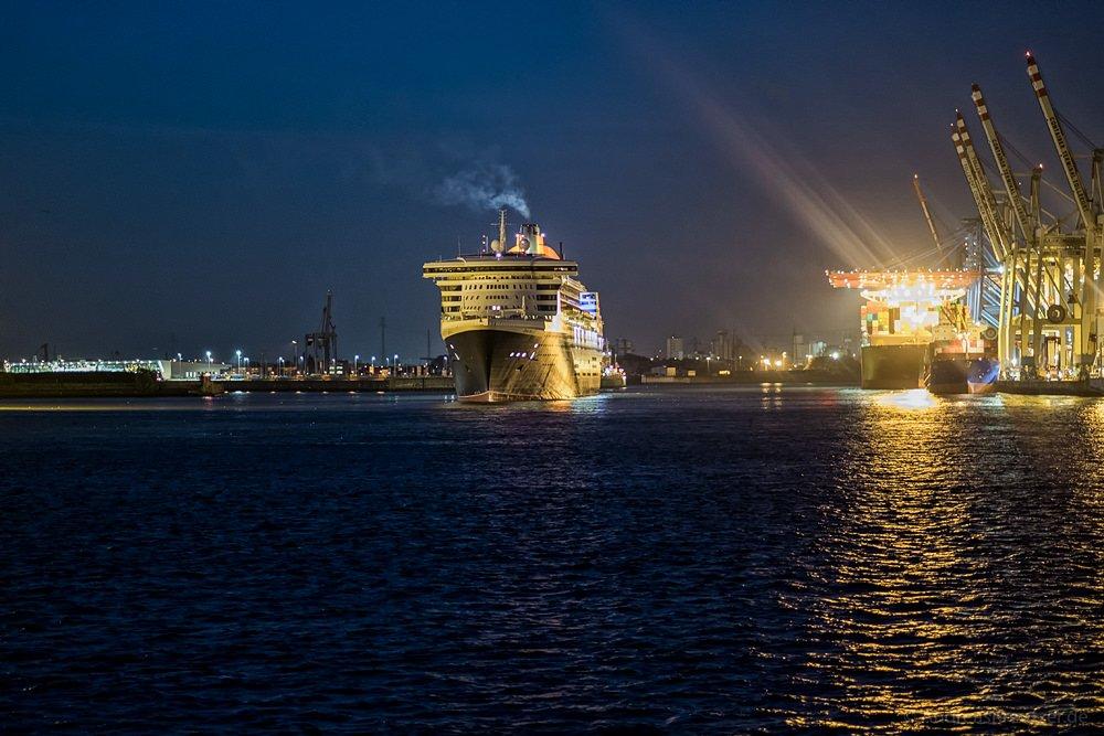 Queen Mary 2 am Morgen beim Tollerort Terminal