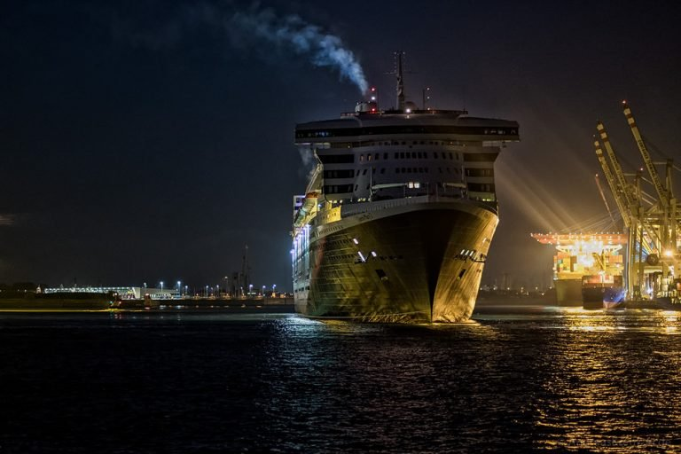Queen Mary 2 am Morgen beim Tollerort Terminal