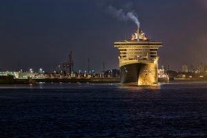 Queen Mary 2 am Morgen beim Steinwerder Hafen