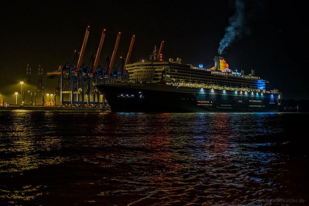 Queen Mary 2 am Morgen vor dem Buchardkai