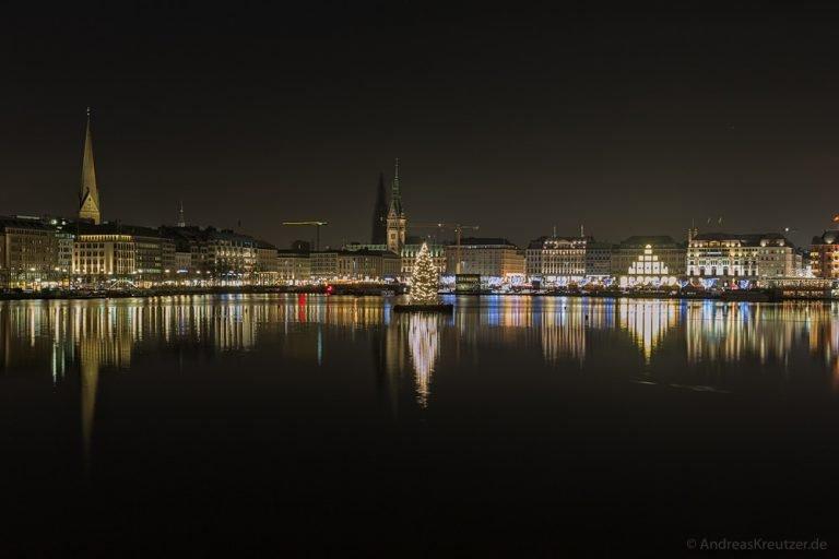 Blick über die Hamburger Binnenalster zur Weihnachtszeit