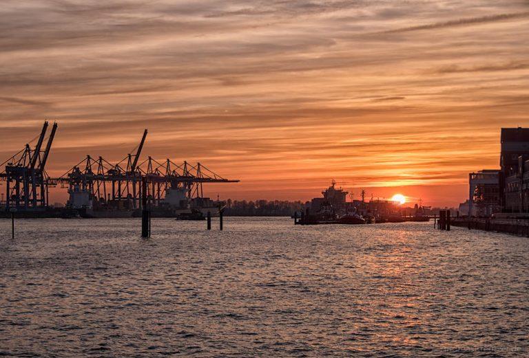 Sonnenuntergang am Hafen 080315 III
