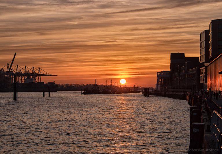 Sonnenuntergang am Hamburger Hafen 080315