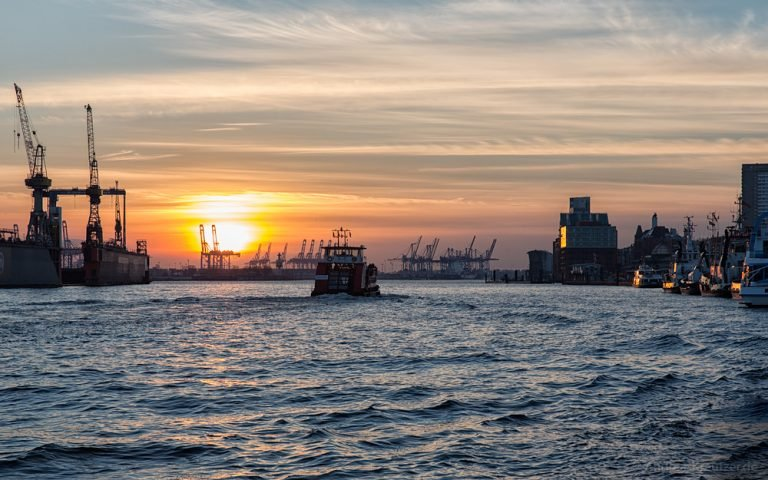 Sonnenuntergang am Hamburger Hafen 220515