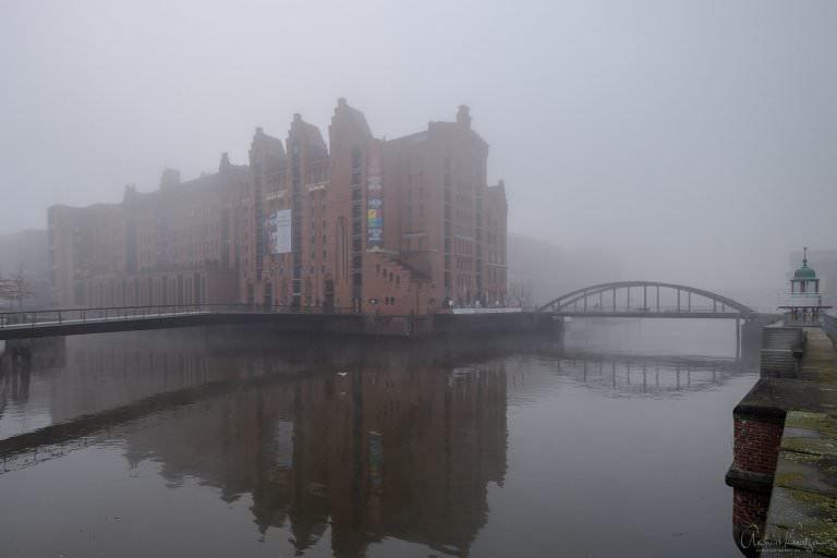 Hamburger Speicherstadt im Nebel