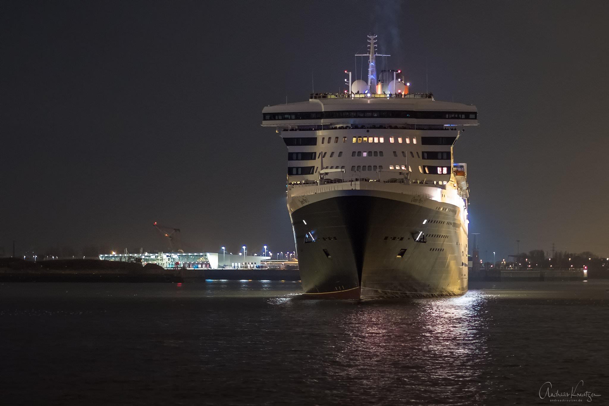 Queen Mary 2 in Hamburg bei Nacht