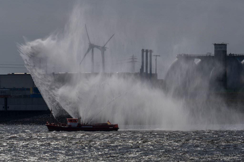Feuerlöschboot zur Begrüßung der AIDAperla