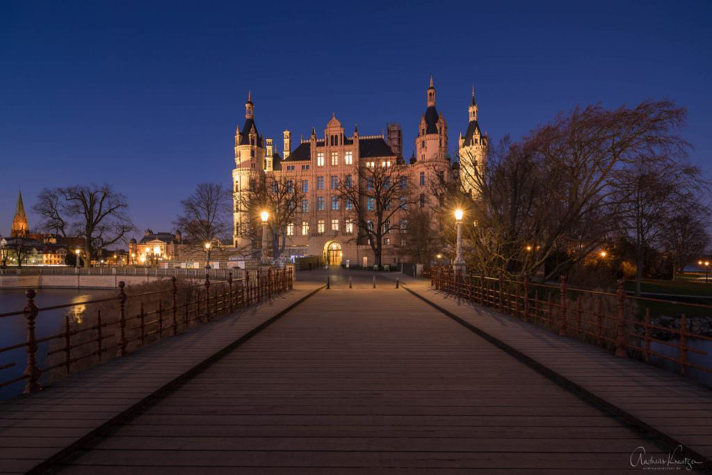 Blick von der Alten Brücke auf das Schweriner Schloss