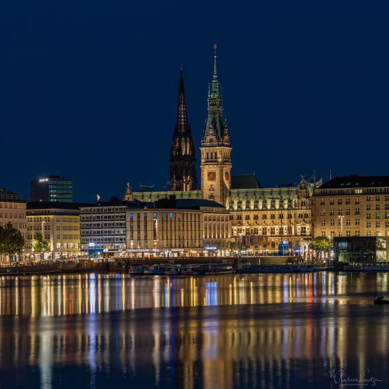 Hamburger Rathaus zur blauen Stunde