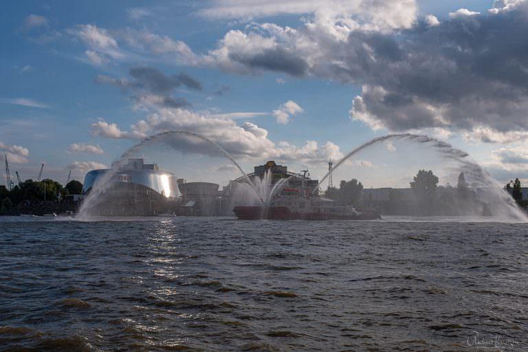 Feuerlöschboot beim Einlaufen der Peking